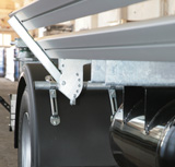 The lateral underride guard is hinged and thus offers  optimal access to the The lateral underride guard is hinged and thus offers  optimal access to the aggegates fitted to the frame as well as to the spare wheel.